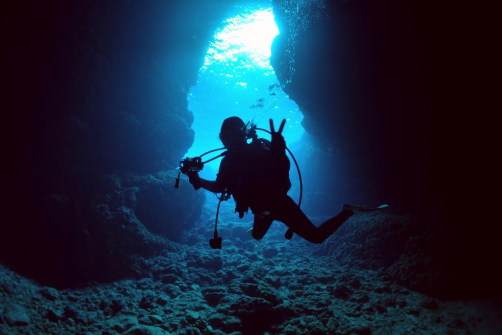 青の洞窟の幻想的な光