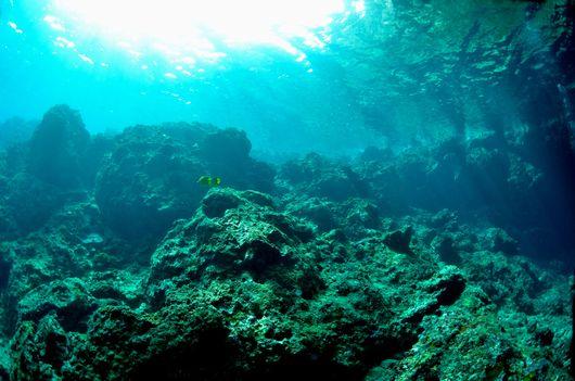 青の洞窟入り口に差し込む太陽光