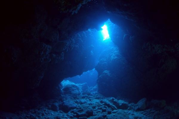 宮古島 魔王の宮殿の青い光