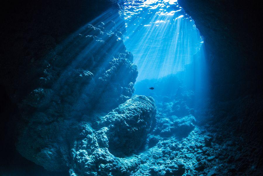 青の洞窟 幻想的な光の差し込み