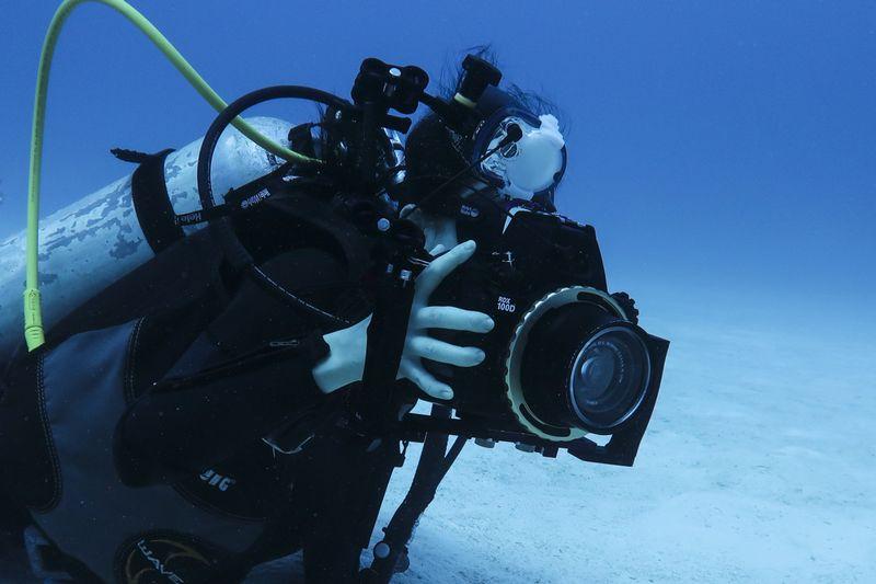 女性の水中カメラマン