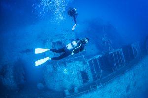 沖縄の沈没船とダイバー