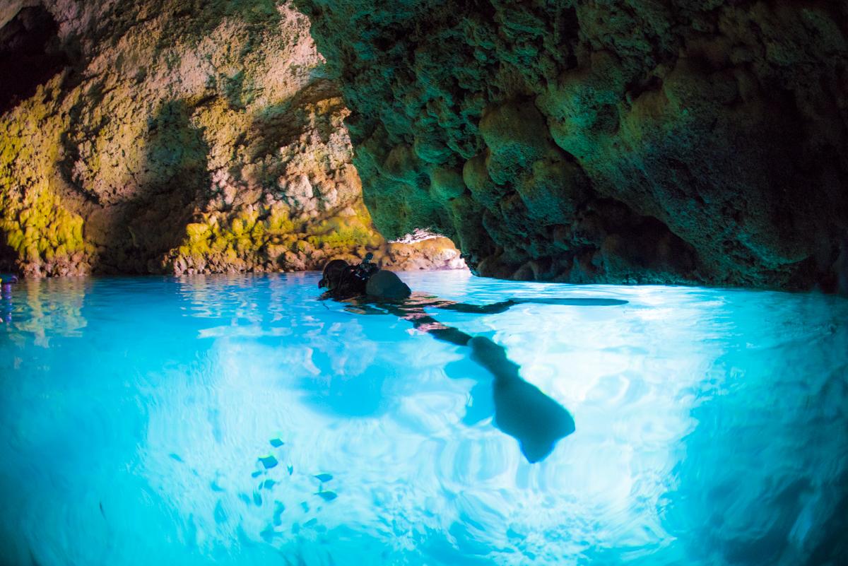 青の洞窟の水面とダイバー