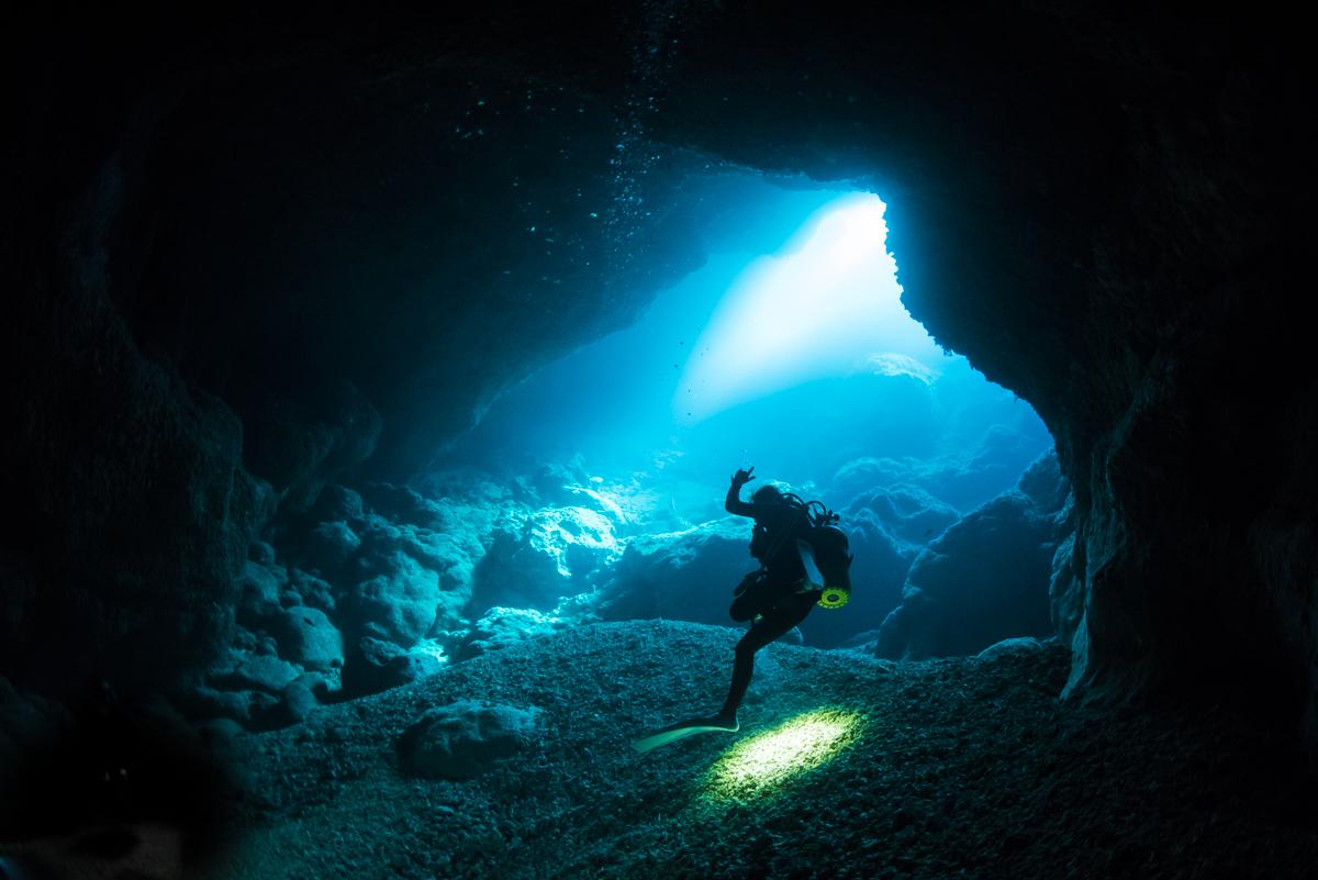 水面からの光とダイバー・マリンレイク