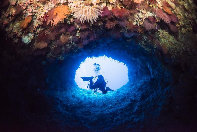伊江島・釣り場ポイントの水中トンネル
