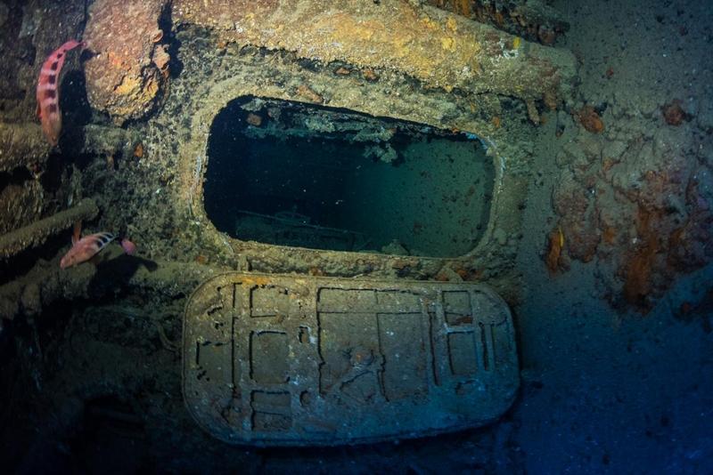 エモンズの内部通路の扉・第二次世界大戦の沈没船