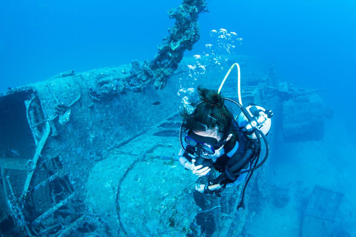 沈没船と女性ダイバー・USSエモンズ