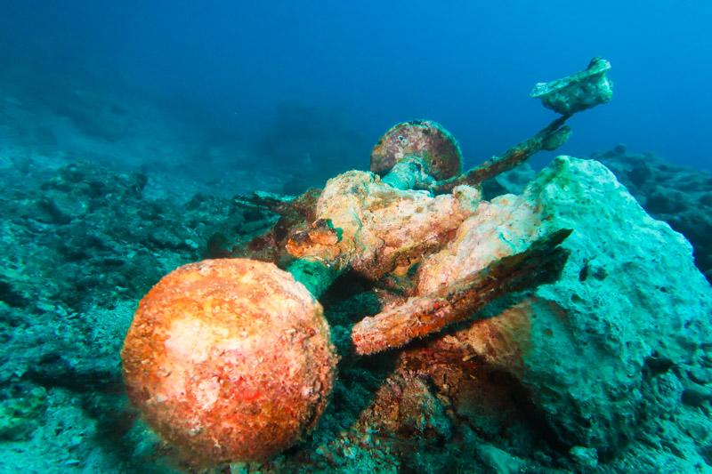 水底に沈む人工物 ①