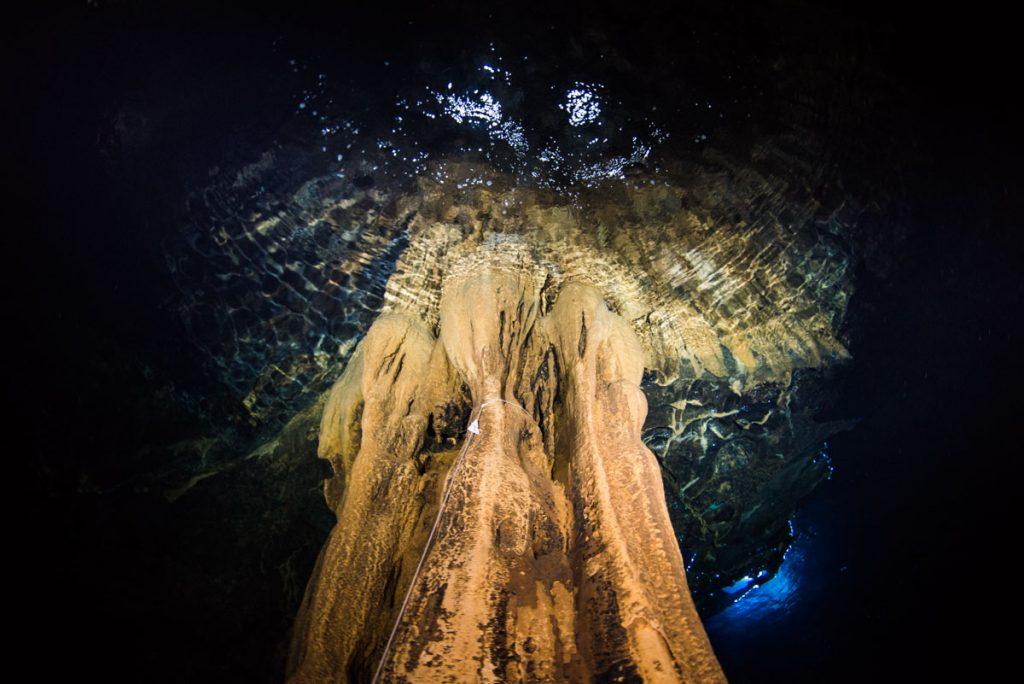 辺戸岬ドームの鍾乳石・鏡面写真
