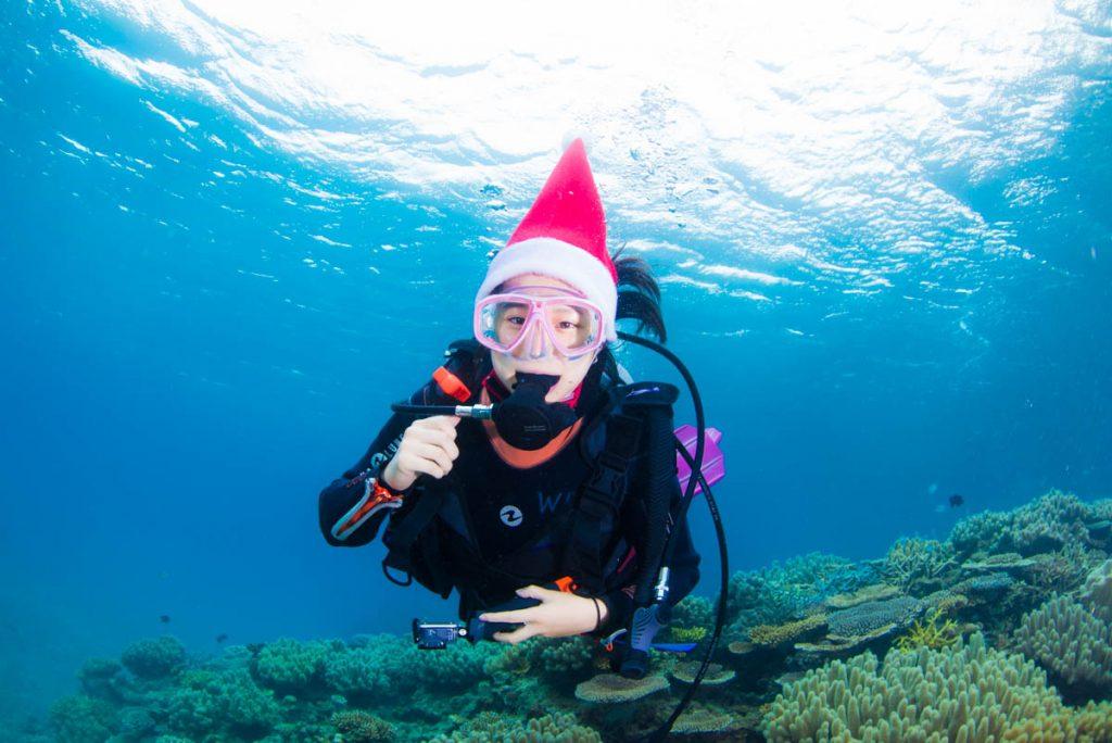 水中サンタ・クリスマスの記念撮影